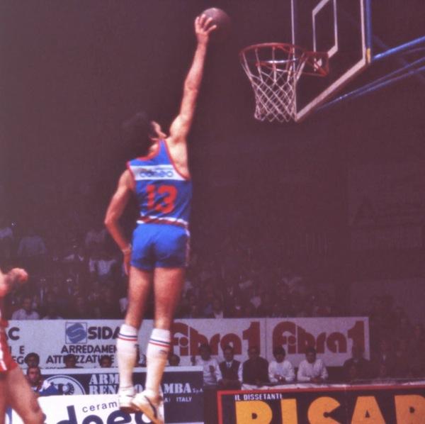 Storie di basket 2021: Marco Solfrini compirebbe oggi 63 anni, morì d'infarto, nel 2018. Era uno degli eroi del Banco Roma scudettato. L'ultima intervista, video