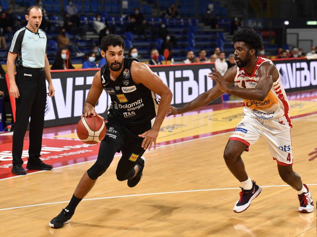 LBA Legabasket Unipolsai 4^ andata 2020-21: la Dolomiti Energia Trentino toglie lo zero dalla casella dei punti espugnando Pesaro 57-71