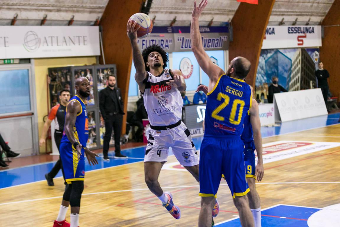 A2 Old Wild West girone rosso 24^ giornata 2020-21: aria di Playoffs tra Atlante Eurobasket Roma e Givova Scafari con i gialloblu che vincono di un'incollatura